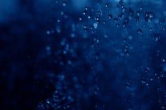 蓝色浪花喷泉在晚上 图库摄影