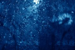 蓝色浪花喷泉在晚上 免版税库存图片