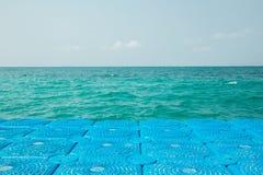 蓝色浮体延伸到海 库存图片