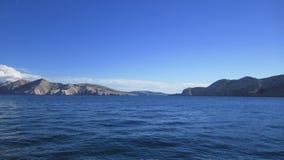 蓝色海、天空和山 免版税库存照片