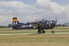 蓝色海军战斗机离开 免版税库存照片