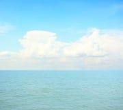 蓝色海和云彩在天空 免版税图库摄影