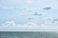 蓝色海和云彩在天空 免版税库存图片
