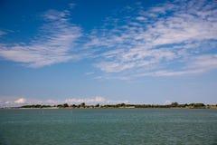 蓝色海和云彩在天空 库存照片