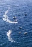 蓝色海和休闲小船 阿马飞海岸意大利 免版税库存照片