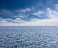 蓝色海和多云蓝天 免版税图库摄影