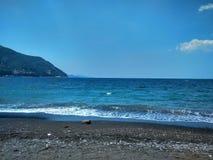 蓝色海和天空与云彩在天际 免版税库存照片