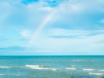 蓝色海和天空在有彩虹的泰国在下雨以后 免版税图库摄影