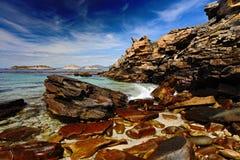 蓝色海和天空,终止岸,美丽的岩石海岸,加利福尼亚,美国的波浪 免版税图库摄影