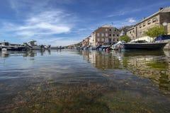 蓝色海和小的渔夫小船和五颜六色的房子 免版税图库摄影