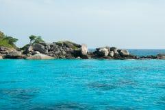 蓝色海和山在Similan海岛,泰国 免版税库存照片