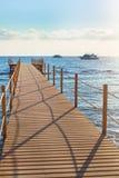 蓝色海和木码头 库存图片