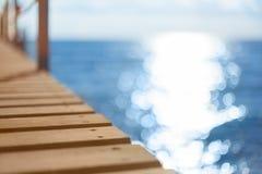 蓝色海和木码头 免版税图库摄影