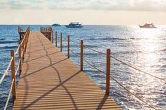 蓝色海和木码头 图库摄影