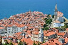 蓝色海和橙色屋顶 库存图片
