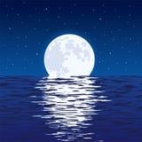 蓝色海和满月背景在晚上 向量例证
