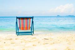 蓝色海和白色沙子靠岸与海滩睡椅没有夏天的海滩 库存照片