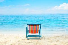 蓝色海和白色沙子靠岸与海滩睡椅没有夏天的海滩 图库摄影