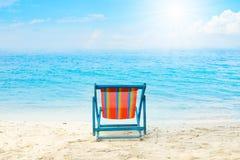 蓝色海和白色沙子靠岸与海滩睡椅没有夏天的海滩 免版税库存照片