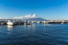 蓝色海和维苏威火山全景从斯塔比亚海堡,那不勒斯,褶皱藻属,意大利港  免版税库存图片