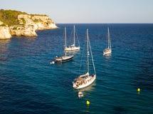 蓝色海和船在费用在日落 库存照片