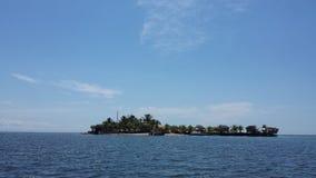 蓝色海和被隔绝的海岛海滩边 图库摄影