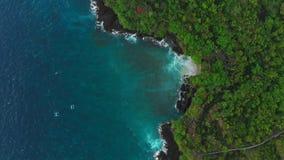 蓝色海和黑岩石鸟瞰图在热带 股票录像