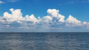 蓝色海在云彩天空下 库存图片