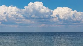 蓝色海在云彩天空下 图库摄影