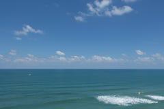 蓝色海在蓝天下。 库存照片