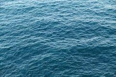 蓝色海安静水纹理背景 光波 免版税库存照片
