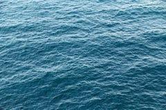 蓝色海安静水纹理背景 光波 免版税图库摄影