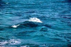 蓝色海宏指令的照片挥动 免版税库存照片