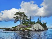 蓝色海岛湖 库存照片