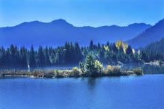 蓝色海岛Gold湖秋天Snoqualme通行证华盛顿 库存照片