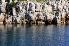 蓝色海岸岩石海运 免版税库存照片