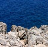 蓝色海岸岩石海运 免版税库存图片