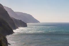 蓝色海岸线展望期kalalau线路napali没有海洋那里天空特定te谷 免版税图库摄影