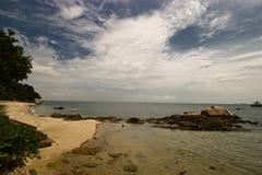 蓝色海岸线路含沙天空 库存照片