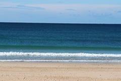 蓝色海机智少量从海滩 库存图片