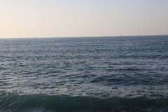 蓝色海水和天空 免版税库存照片