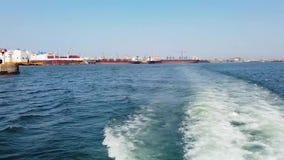 蓝色海水慢动作录影与小船踪影的 影视素材