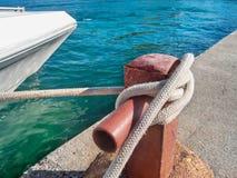 蓝色海洋和一条游艇在码头 库存照片