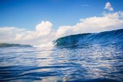 蓝色海洋和理想的波浪在巴厘岛, Bingin海滩 图库摄影