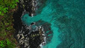 蓝色海洋和黑岩石鸟瞰图在热带 股票录像