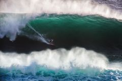 蓝色海洋大持异议者波浪的图象冲浪者在加利福尼亚 库存图片