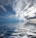 蓝色海洋天空视图 免版税库存照片
