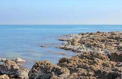 蓝色海洋岩石 免版税库存照片