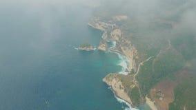 蓝色海洋,波浪,有山的热带海岛鸟瞰图通过云彩 股票视频