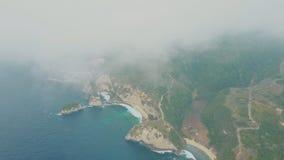 蓝色海洋,波浪,有山的热带海岛鸟瞰图通过云彩 影视素材